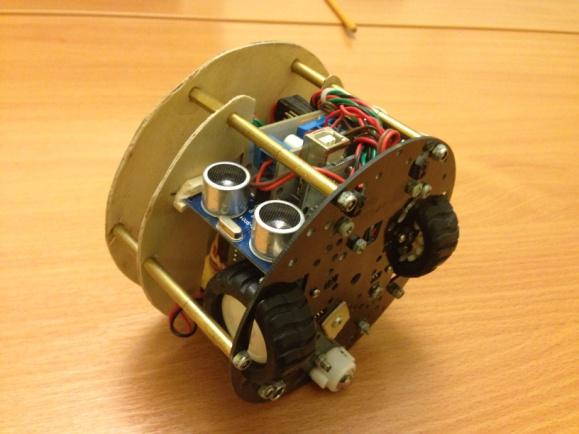 Полностью собранный робот с двумя ультразвуковыми датчиками расстояния.